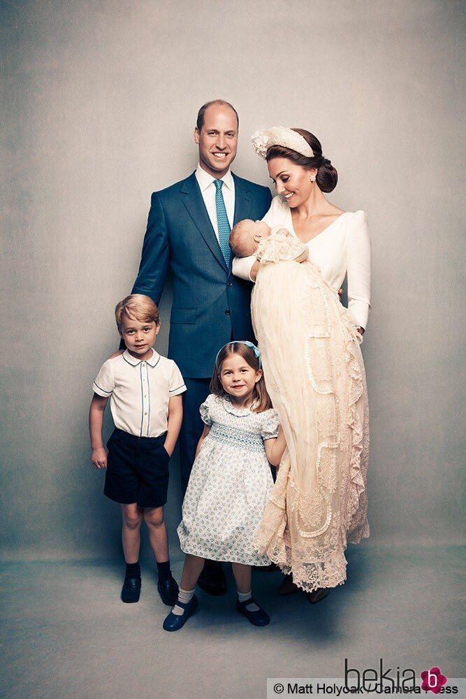 Los Duques de Cambridge junto a sus hijos en el bautizo del Príncipe Luis