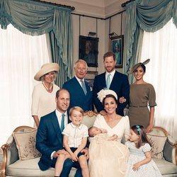 La Familia Real Británica posan junto a los Duques de Cambridge en el bautizo del Príncipe Luis