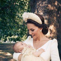 La Duquesa de Cambridge con el Príncipe Luis el día de su bautizo