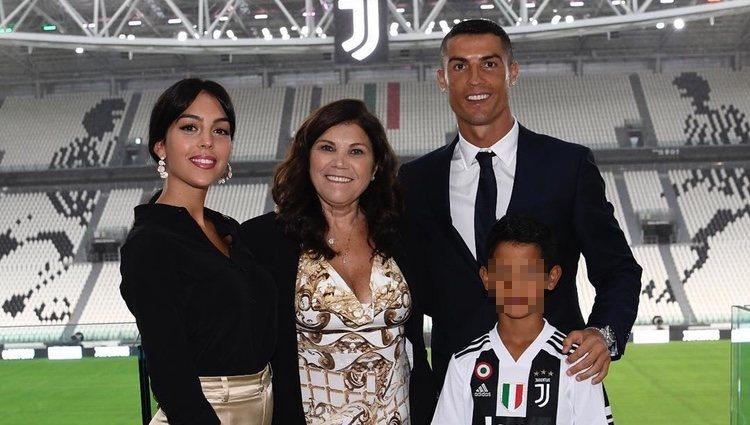 Cristiano Ronaldo durante su presentación en la Juventus con Georgina Rodríguez, Dolores Aveiro y su hijo