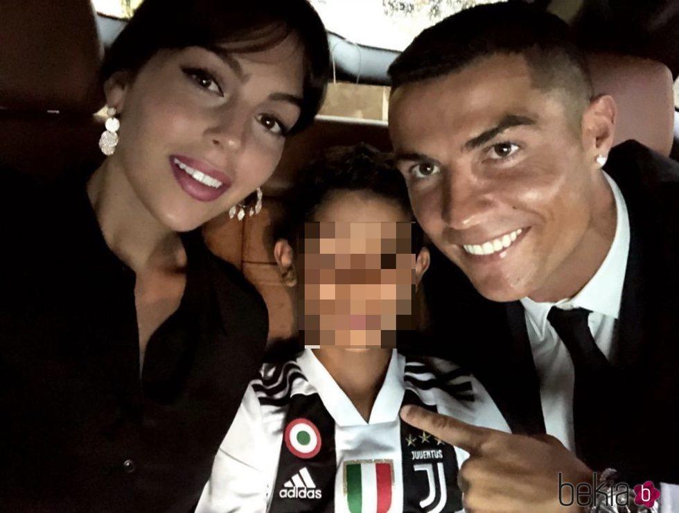 Georgina Rodríguez y Cristiano Ronaldo Junior con Cristiano Ronaldo de camino a su presentación