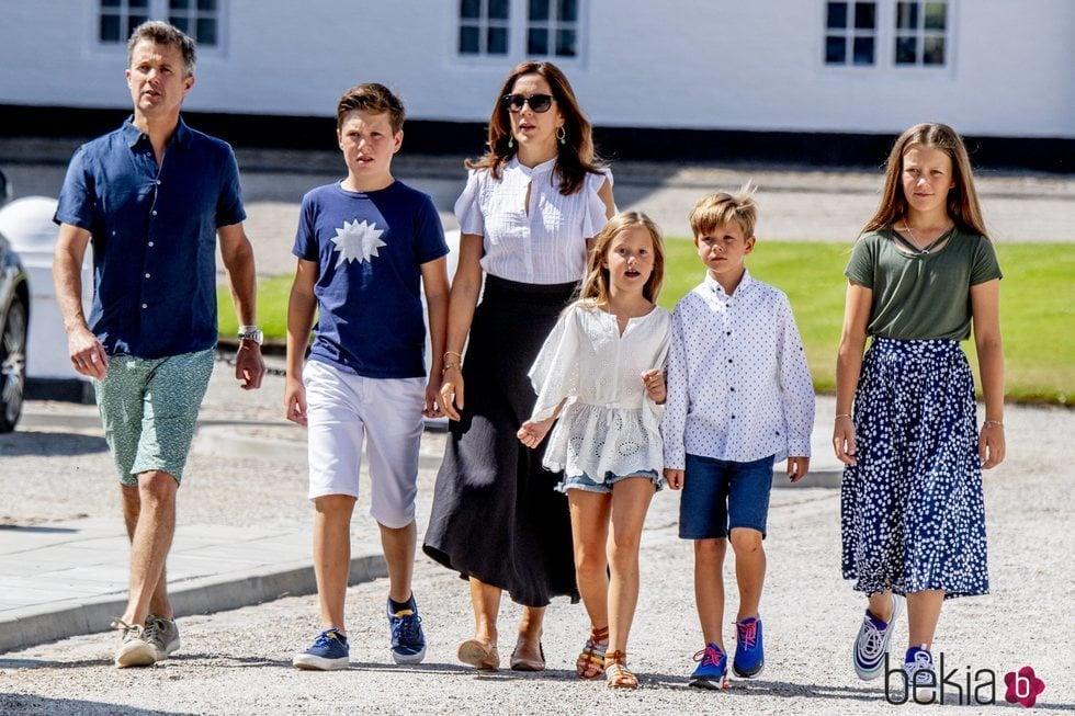 Federico y Mary de Dinamarca junto a sus hijos en el tradicional desfile frente al Palacio de Grasten