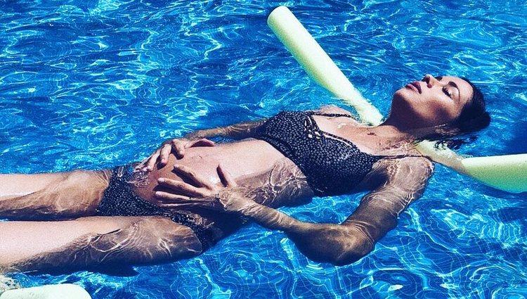 Dafne Fernández haciendo ejercicios de relajación durante su embarazo