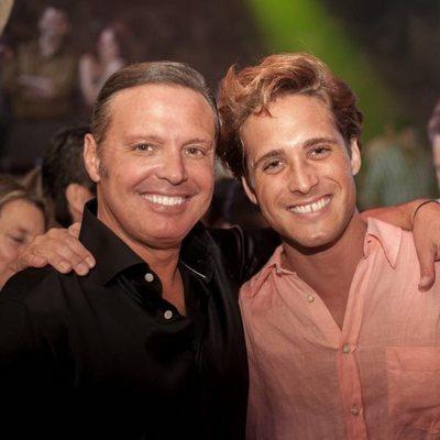 Luis Miguel y Diego Boneta posando juntos