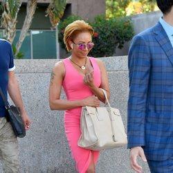 Mel B entrando a los tribunales con un vestido rosa ceñido