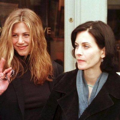 Jennifer Aniston y Courteney Cox durante una visita a Londres en 1998