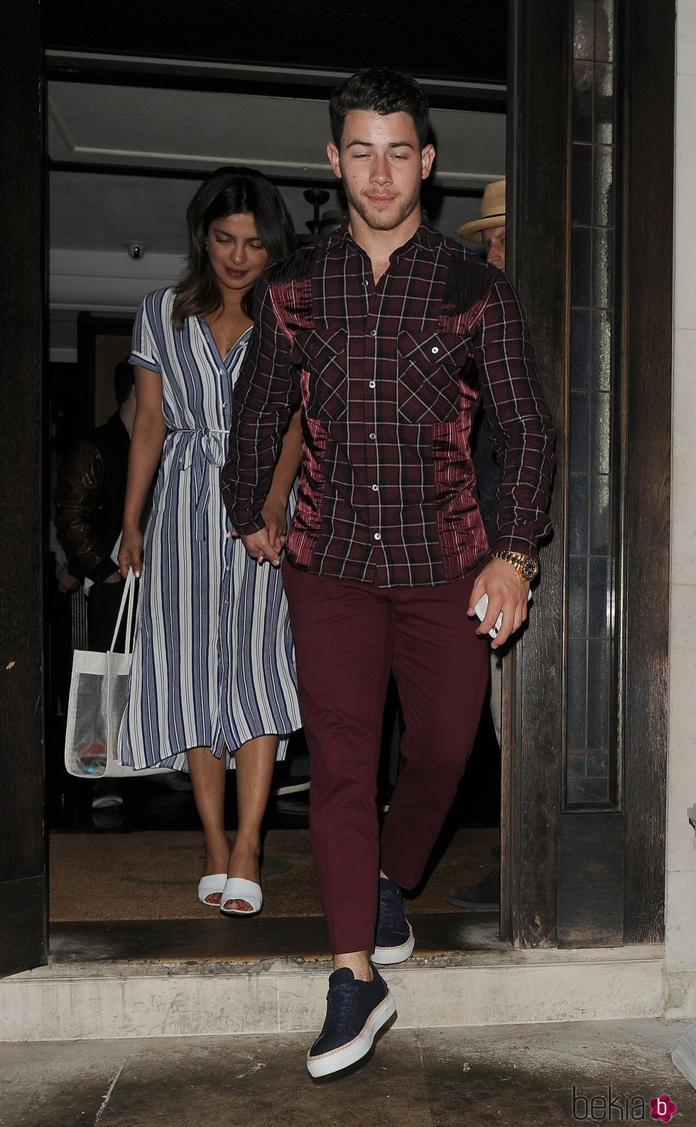 Priyanka Chopra y Nick Jonas saliendo de celebrar el cumpleaños de Chopra en Londres