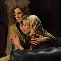 Ana Fernández y Ana Polvorosa en una de las escenas de la tercera temporada de 'Las chicas del cable'