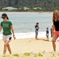 Courteney Cox y Jennifer Aniston paseando por una playa de Hawái