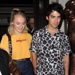 Joe Jonas y Sophie Turner saliendo de celebrar el cumpleaños de Priyanka Chopra