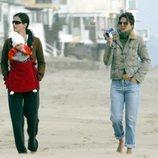 Courteney Cox pasea con su hija Coco y su amiga Jennifer Aniston en una playa de Los Ángeles