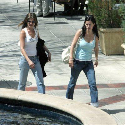 Courteney Cox y Jennifer Aniston paseando por una calle de Los Ángeles
