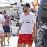 Leo Messi antes de acceder a un barco en Ibiza