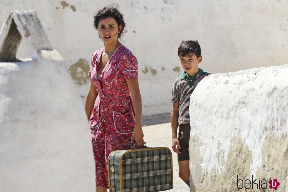 Penélope Cruz junto con un niño en el rodaje de 'Dolor y Gloria'