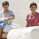 Penélope Cruz al lado del actor Raúl Arévalo durante el rodaje de 'Dolor y Gloria'