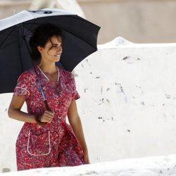 Penélope Cruz con un paraguas en el rodaje de 'Dolor y Gloria'