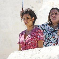 Penélope Cruz junto con una asistente en el rodaje de 'Dolor y Gloria'