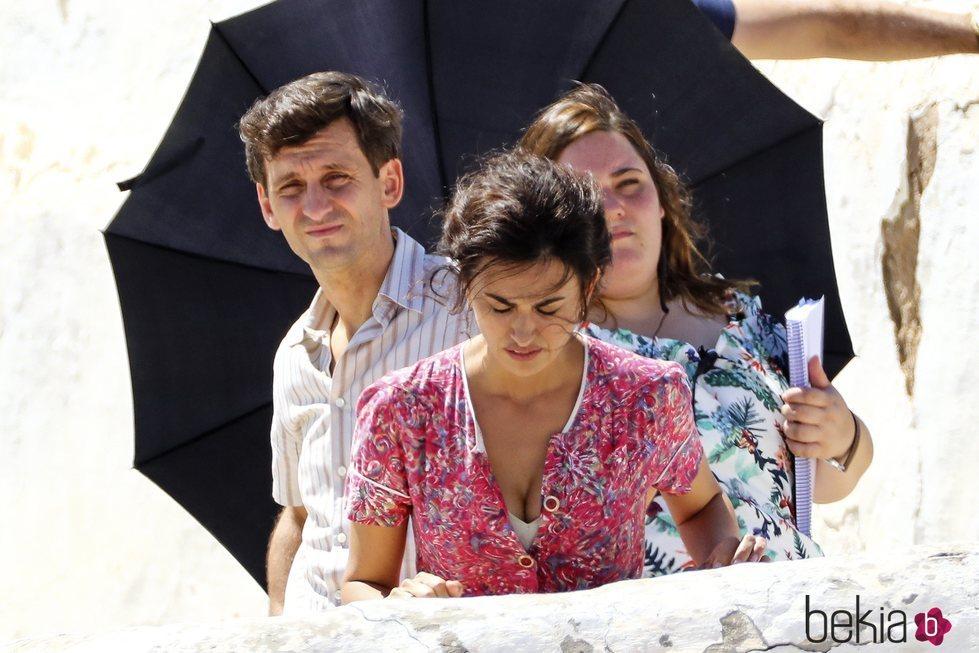 Penélope Cruz acompañada de Raúl Arévalo en el rodaje de 'Dolor y Gloria'