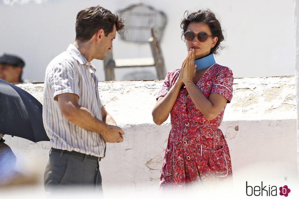 Penélope Cruz conversando con Raúl Arévalo durante el rodaje de 'Dolor y Gloria'