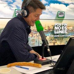 Jaime Cantizano trabajando en la radio en su programa 'Por fin no es lunes'