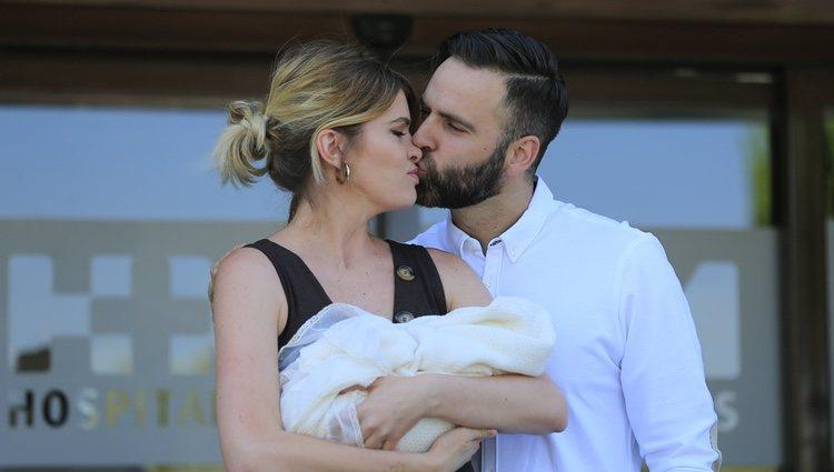 Adriana Abenia y Sergio Abad besándose en la presentación de su hija Luna a la salida del hospital