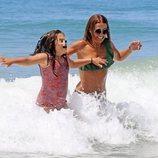 Daniella Bustamante y Paula Echevarría saltando entre olas