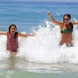 Paula Echevarría en el mar con su hija Daniella Bustamante