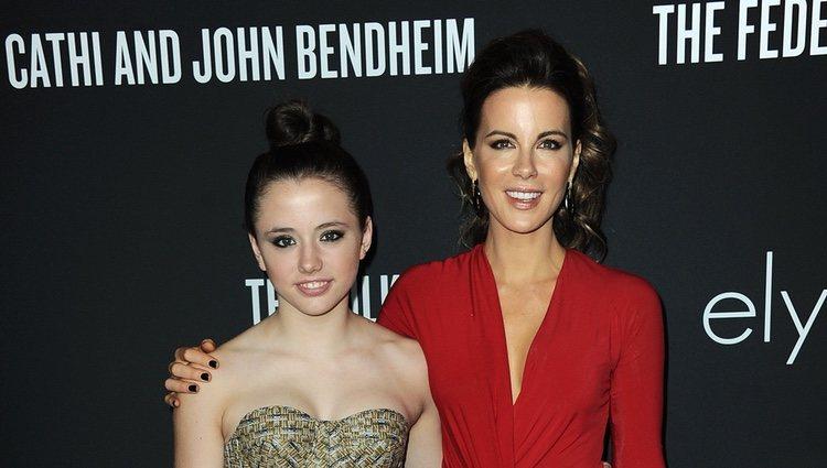 Kate Beckinsale y su hija Lily Mo Sheen en una alfombra roja