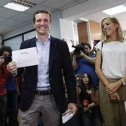 Pablo Casado votando el presidente del PP junto a su mujer Isabel Torres