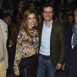 Pablo Casado e Isabel Torres en el desdile de Ángel Schlesser en MBFW