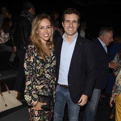 Pablo Casado e Isabel Torres en el desfile de Alianto en MMBFW