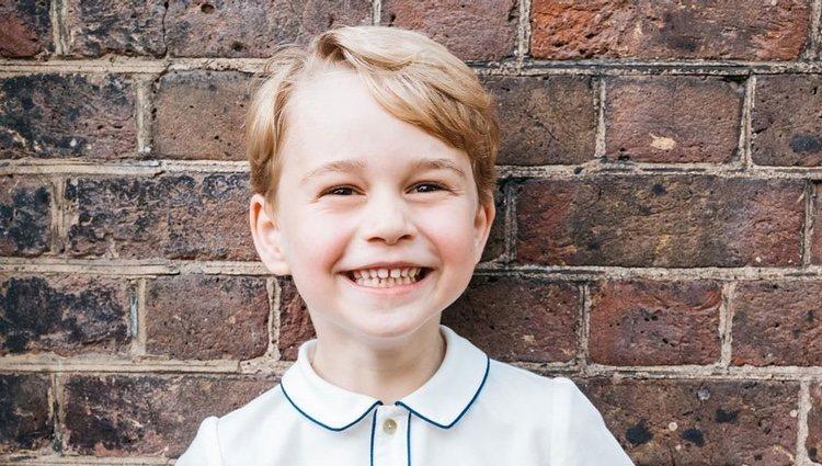 El Príncipe Jorge muy sonriente en la fotografía oficial de su quinto cumpleaños