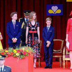 Matilde de Bélgica y sus hijos muy concentrados en uno de los actos del Día Nacional