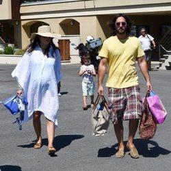 Carlota Casiraghi y Dimitri Rassam disfrutan de unas vacaciones en Saint Tropez junto a Raphaël Elmaleh