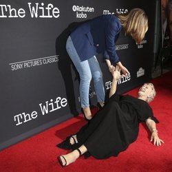 Glenn Close y su divertida caída en la premiere de 'The Wife'