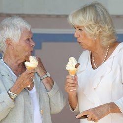 Camilla Parker y Judi Dench comiéndose un helado en la playa
