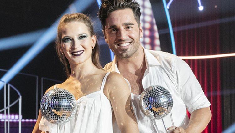 David Bustamante y Yana Olina con el trofeo de ganadores de 'Bailando con las estrellas'