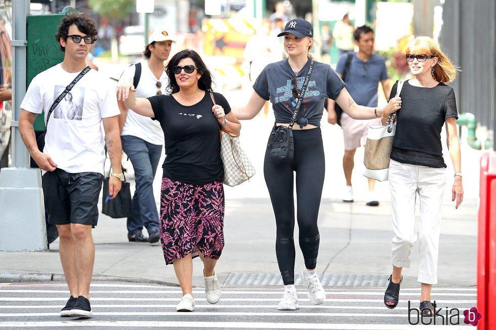 Joe Jonas y Sophie Turner con sus madres