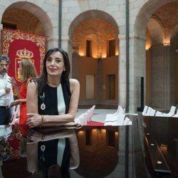 Luz Casal posando con la Medalla Internacional de las Artes