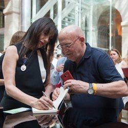 Luz Casal firmando autógrafos en la entrega de la Medalla Internacional de las Artes
