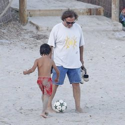 Pepe Navarro jugando al fútbol con su hijo Darco en la playa