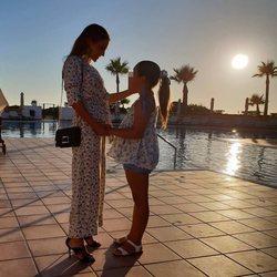 Paula Echevarría posando con su hija Daniella Bustamante en el hotel en el que se hospedan en Cadiz