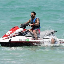 Maluma subido a una moto de agua en Miami