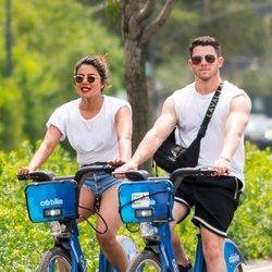 Nick Jonas y Priyanka Chopra dando un paseo en bicicleta por Nueva York