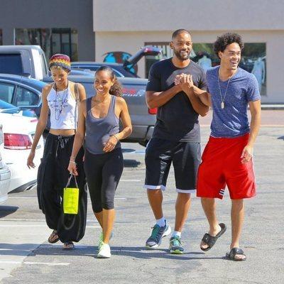 Trey Smith junto a Will, Willow y Jada dando un paseo