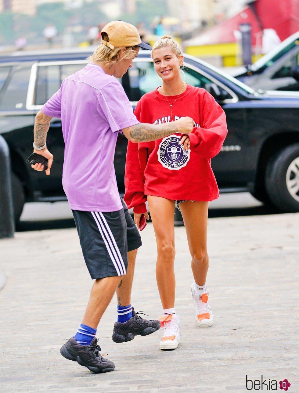 Justin Bieber y Hailey Baldwin bailando por la calle en Nueva York