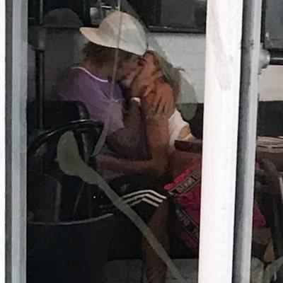 Justin Bieber y Hailey Baldwin besándose
