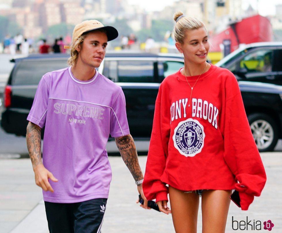 Justin Bieber y Hailey Baldwin de la mano por Nueva york