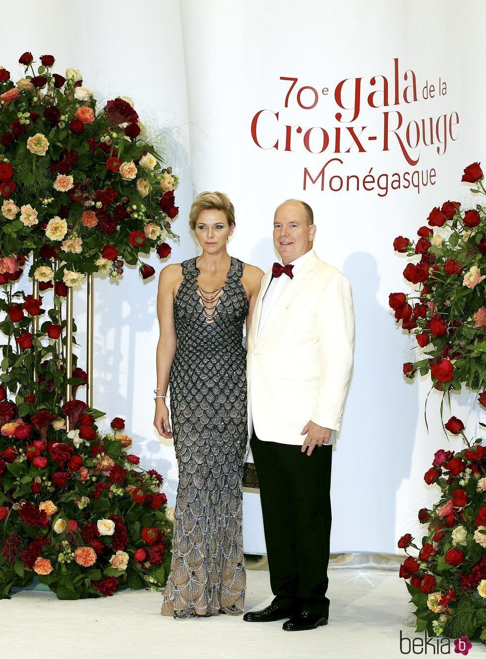 Alberto y Charlene de Mónaco en el Baile de la Cruz Roja 2018