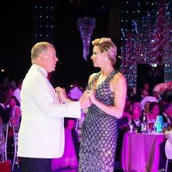 Alberto y Charlene de Mónaco bailando en el Baile de la Cruz Roja 2018